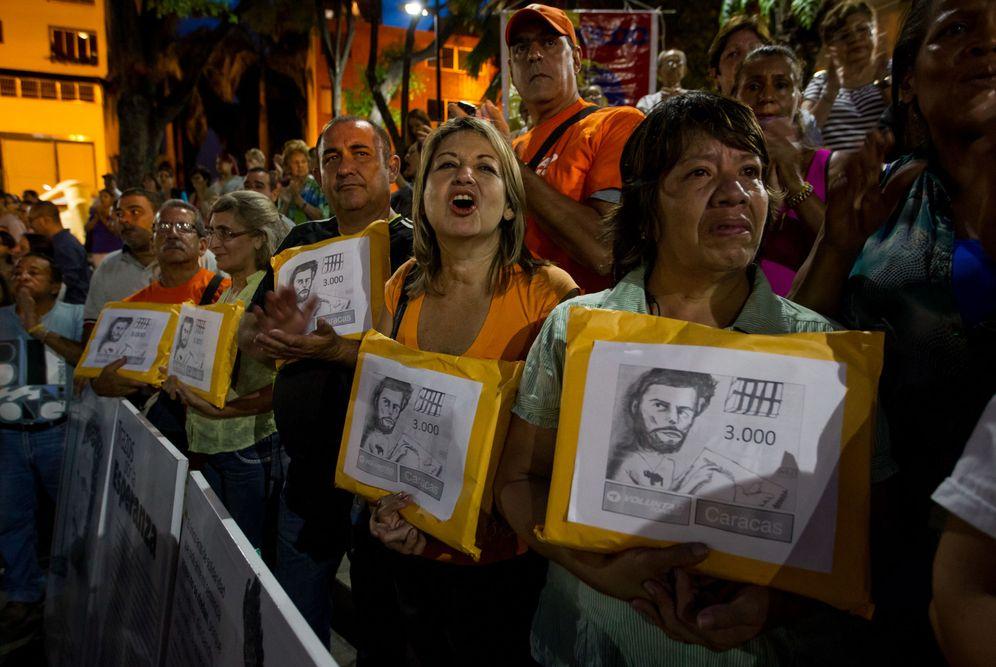 Foto: Simpatizantes de la oposición acuden a la prisión de Caracas para pedir la firma del dirigente encarcelado Leopoldo López, el 29 de abril de 2016. (EFE)
