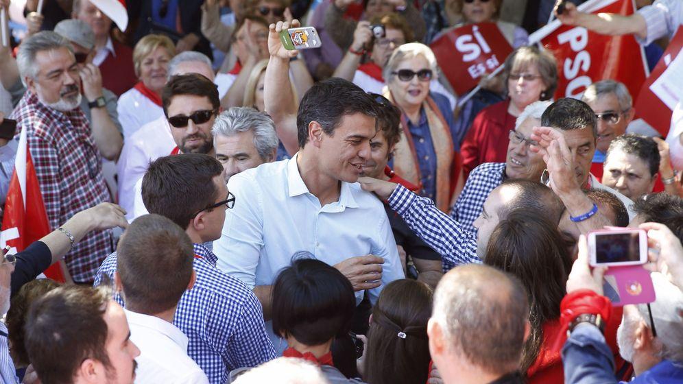 Foto: Pedro Sánchez, este 20 de mayo, saludado por simpatizantes a su llegada al cierre de campaña en el parque de Berlín de Madrid. (EFE)