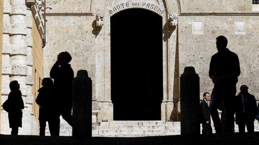 Foto: Foto de la entrada de la sede principal del banco Monte dei Paschi di Siena. (Reuters)