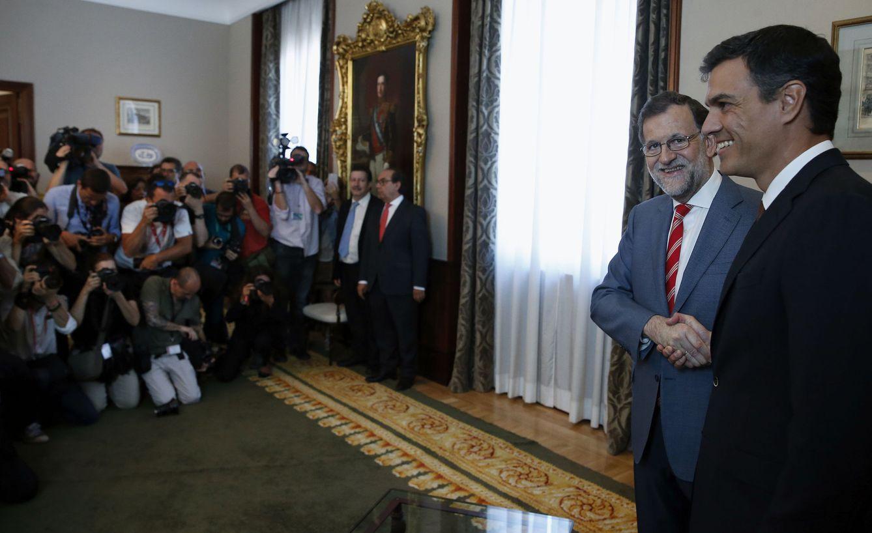 Foto: Mariano Rajoy y Pedro Sánchez se saludan con un apretón de manos minutos antes de su reunión en la antesala del comedor de gala del presidente del Congreso. (EFE)