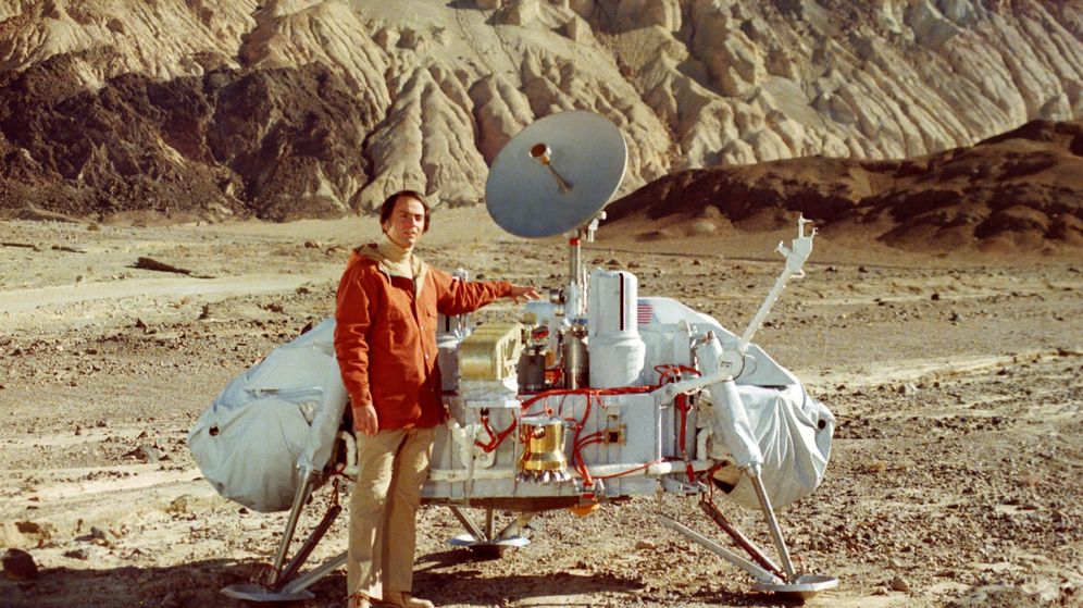 Foto: Carl Sagan junto a un modelo de la sonda Viking. (NASA)