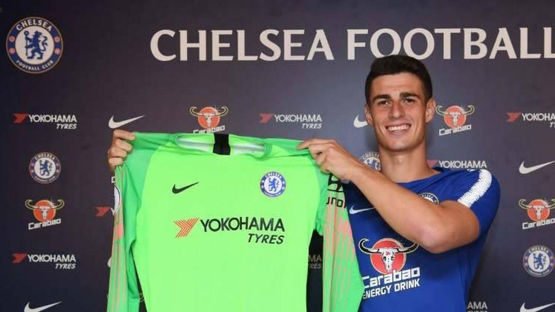 Kepa posa con la camiseta del Chelsea en su presentación. (EFE)