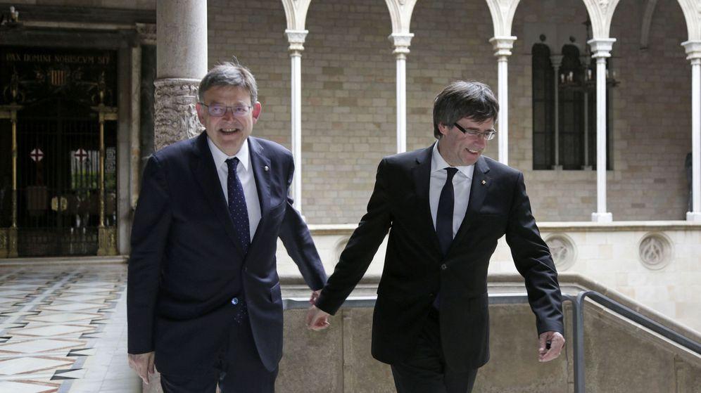 Foto: Carles Puigdemont y Ximo Puig, hoy en el Palau de la Generalitat de Cataluña. (Efe)
