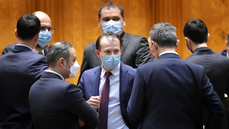 Foto: El primer ministro rumano, Florin Citu (c). (EFE)