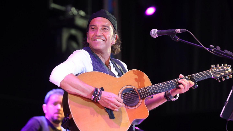 El cantante y líder de Los Secretos, Álvaro Urquijo, en un concierto en colaboración con Cruz Roja en homenaje al personal sanitario (EFE)