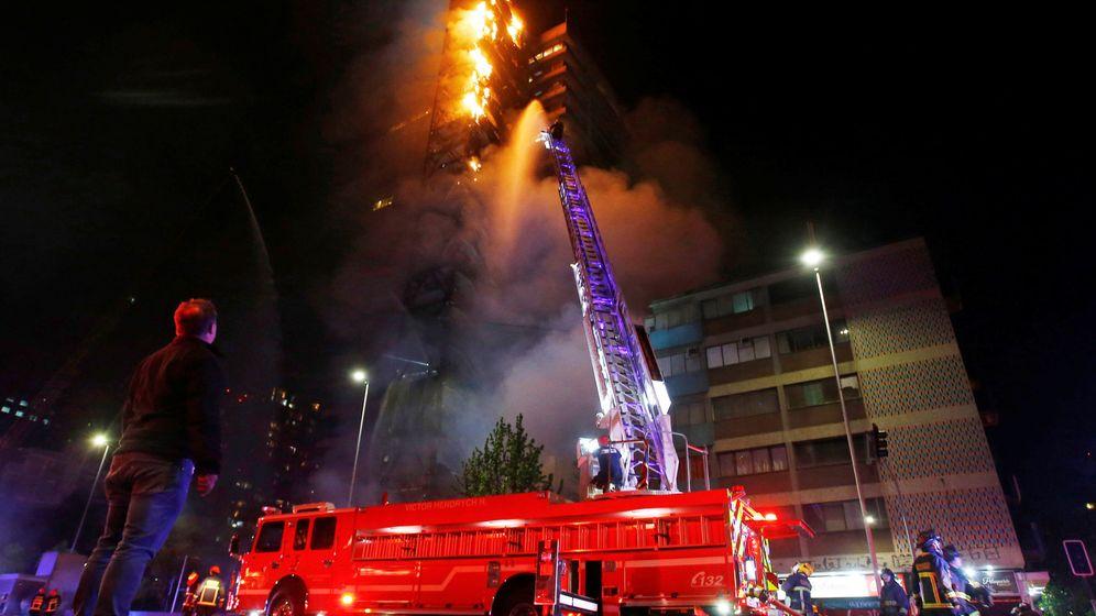 Foto: El edificio de la eléctrica ENEL en llamadas durante las protestas en Santiago de Chile. (Reuters)