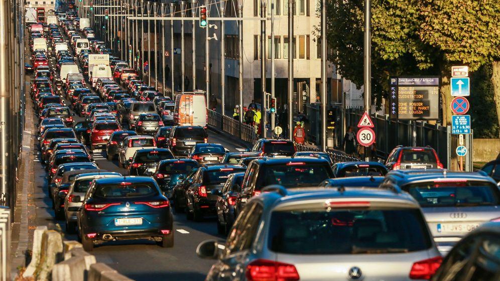 Foto: Coches circulan por las calles de Bruselas. (EFE)