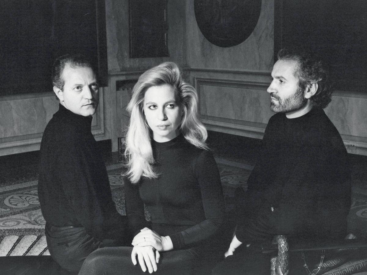 Foto: Santo, Donatella y Gianni Versace fotografíados en 1987. (Alfa Castaldi)