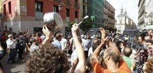 Caceroladas y manifestaciones en Madrid y Valencia contra los alcaldes