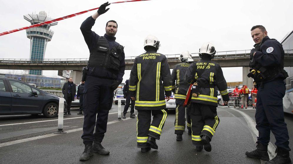 Foto: Servicios de emergencias en la terminal sur del aeropuerto de Orly. (Reuters)