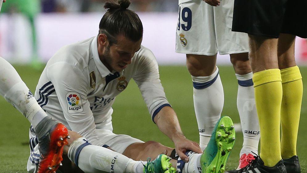 Foto: Gareth Bale, nada más caer lesionado en el último Clásico. (Reuters)