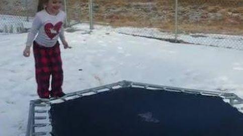 Salta sobre una cama elástica helada: este fue el resultado