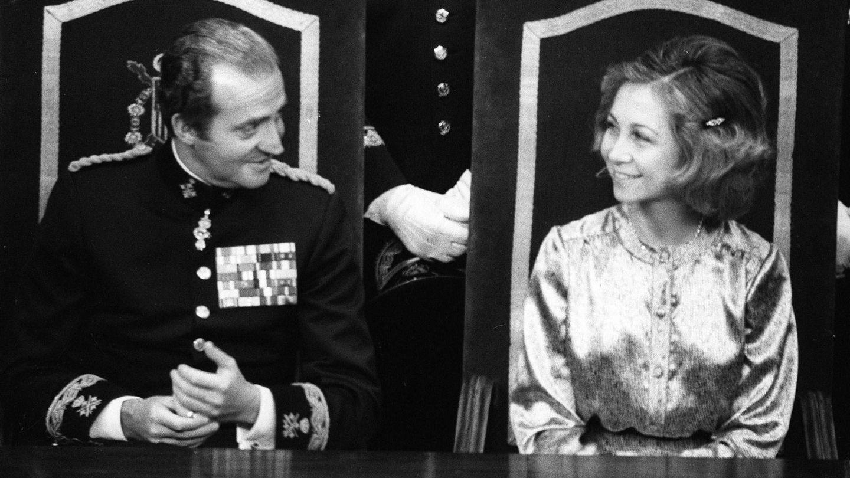 Juan Carlos y Sofía, en el Congreso antes de sancionar el documento. (EFE)