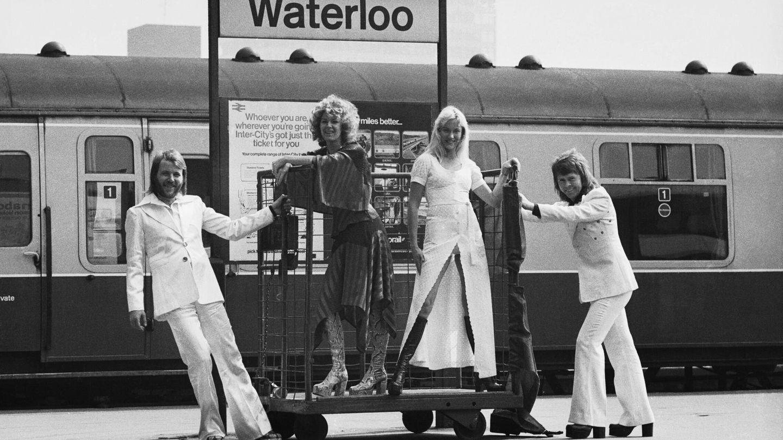 ABBA, posando en la estación de Waterloo. (Getty)
