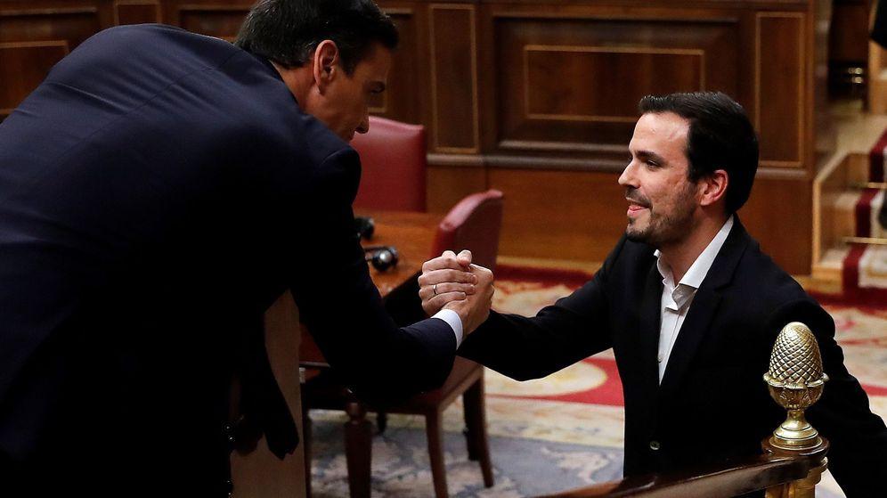 Foto: Alberto Garzón saluda al candidato a la Presidencia del Gobierno, Pedro Sánchez. (EFE)