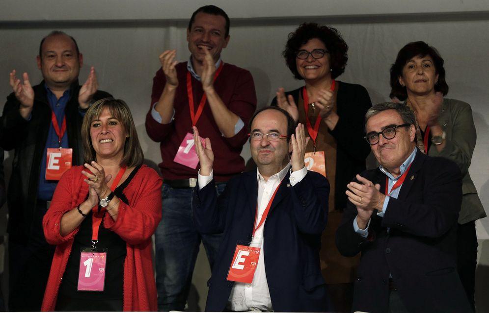 Foto: Miquel Iceta, flanqueado por su adjunta, Núria Marín, y el presidente del PSC, Àngel Ros, este 6 de noviembre en la clausura del XIII Congreso del partido. (EFE)