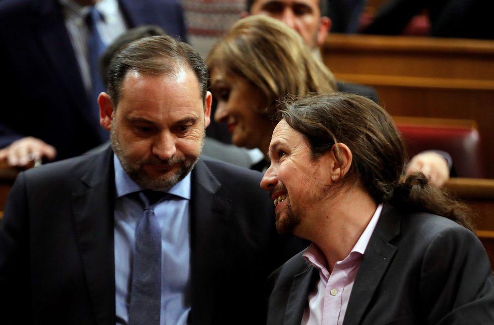 Foto: El ministro de Transportes, José Luis Ábalos, y el vicepresidente segundo del Gobierno, Pablo Iglesias, el pasado 4 de enero, en el debate de investidura. (EFE)