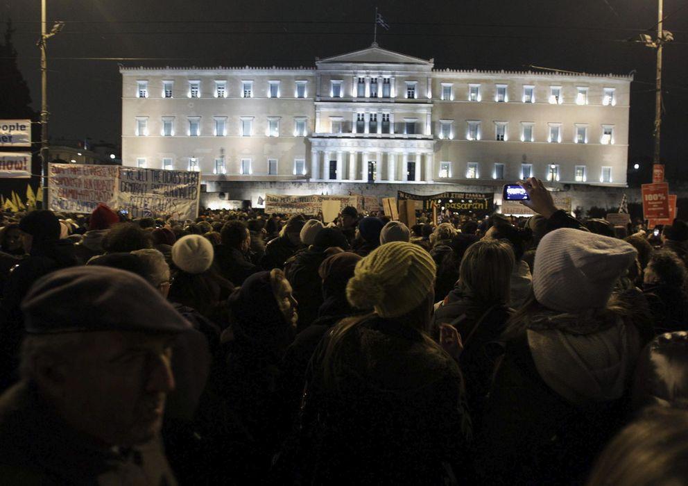 Foto: Vista de la manifestación a las puertas del Parlamento griego para apoyar la posición del Gobierno en las negociaciones que se celebran en Bruselas. (EFE)
