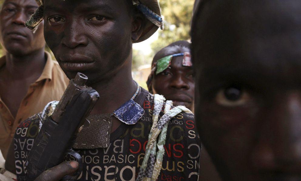 Milicianos anti-balaka posan en una calle de Bangui, la capital del país (Reuters).