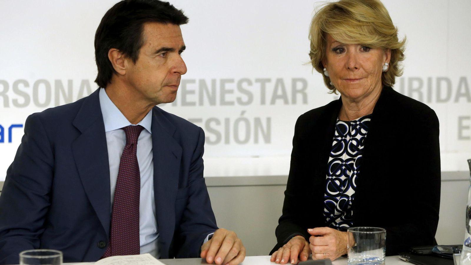 Foto: Fotografía de archivo de los entonces presidentes del PP de Madrid, Esperanza Aguirre (d), y de Canarias, José Manuel Soria. (EFE)