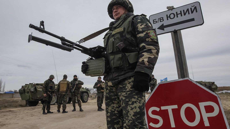 Un soldado ucraniano en un puesto de control en el pueblo de Strelkovo (Reuters).