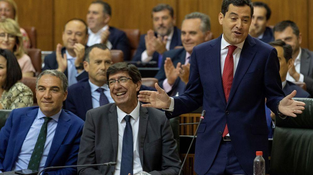 Foto: El líder de Ciudadanos en Andalucía, Juan Marín, en el centro junto al presidente de la región, Juan Manuel Moreno Bonilla. (EFE)