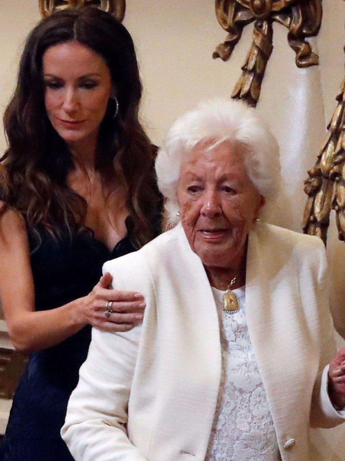 Telma Ortiz, con su abuela Menchu, recientemente fallecida. (EFE)