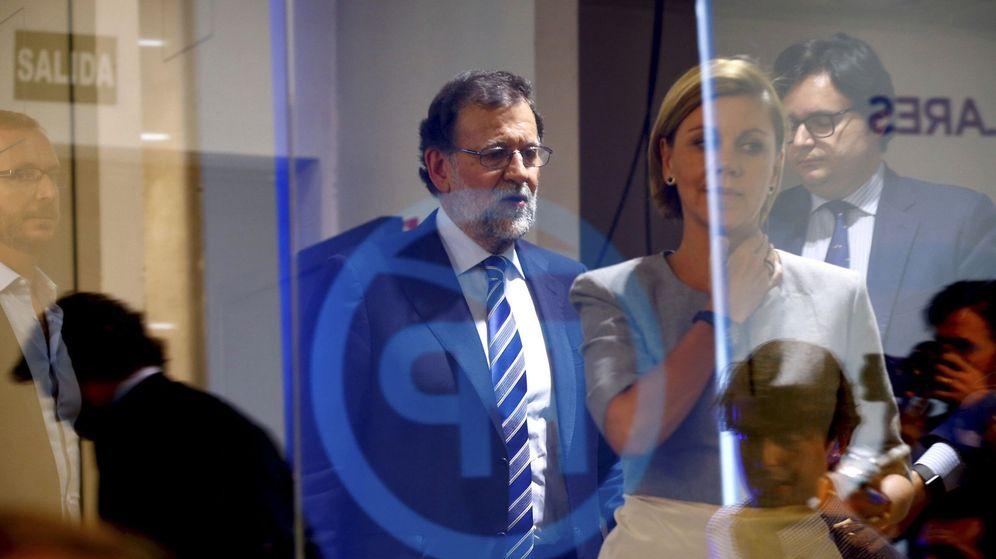 Foto: El líder del PP, Mariano Rajoy, tras la secretaria general, María Dolores de Cospedal, a su llegada a la rueda de prensa ofrecida tras el comité ejecutivo nacional del partido. (EFE)