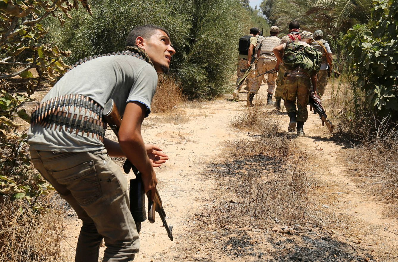 Foto: Combatientes de milicias aliadas del Gobierno respaldado por la ONU toman posiciones durante combates contra el ISIS en Sirte, el 31 de julio de 2016 (Reuters).