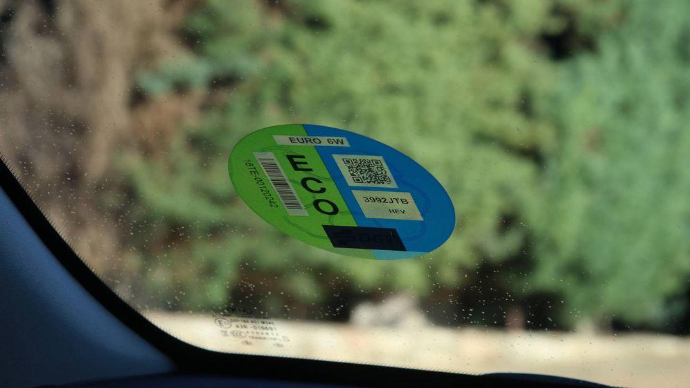 Foto: Etiqueta ECO de la DGT en un vehículo. (EC)
