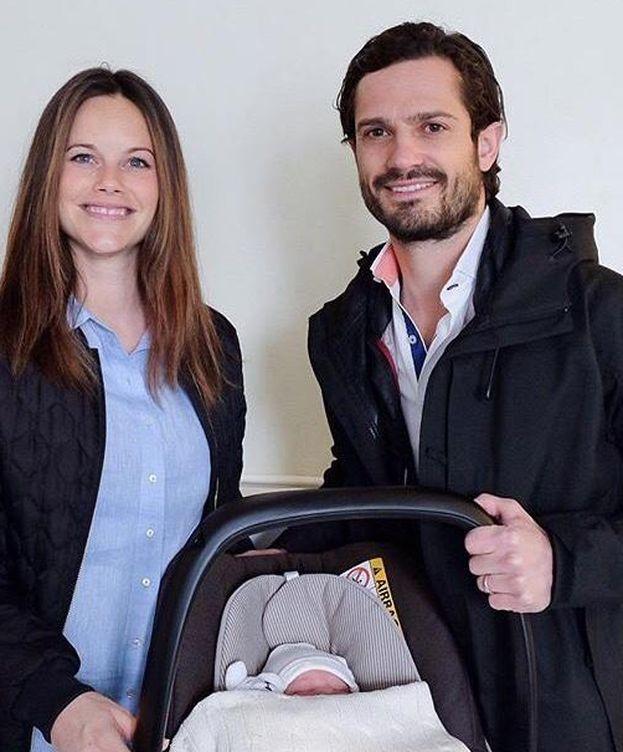 Foto: La pareja posa feliz con su hijo a la salida del hospital (Kungahuset)