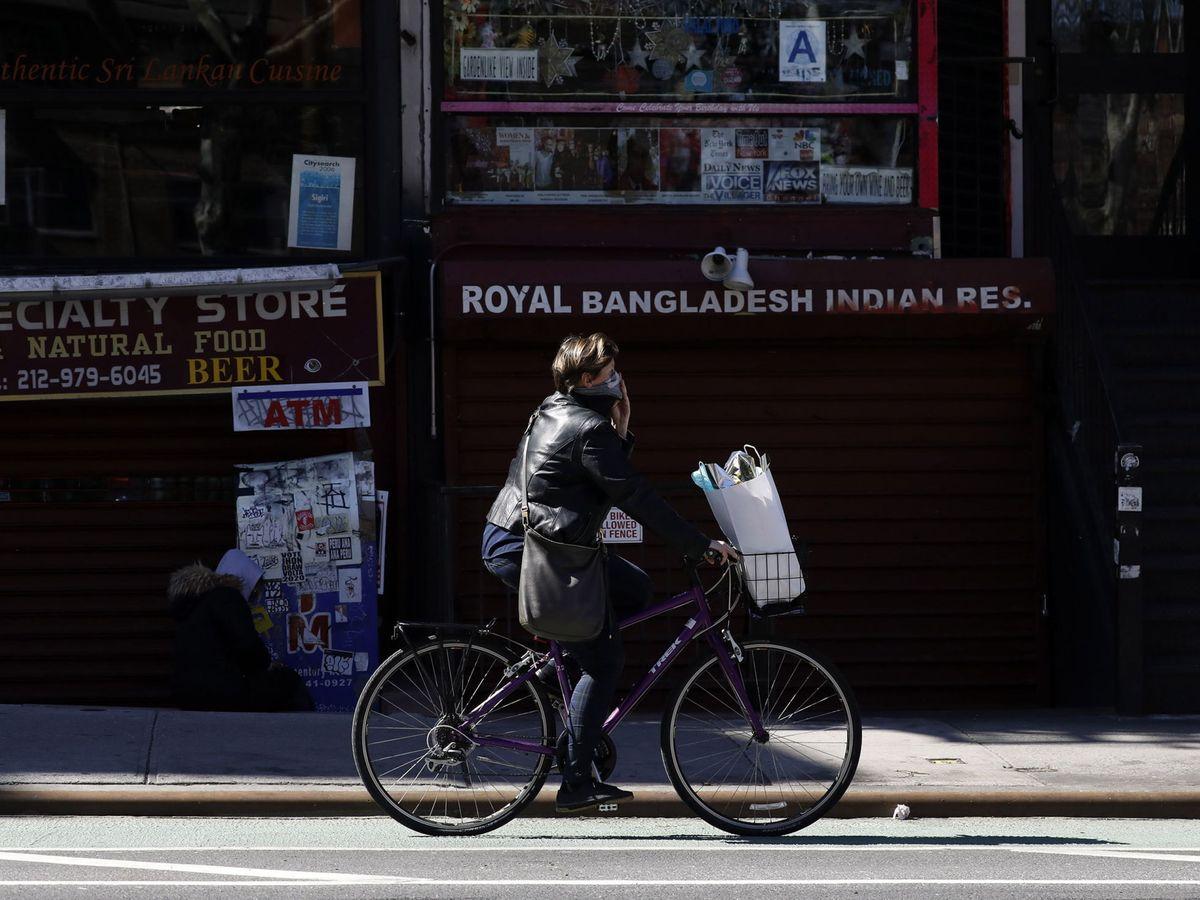 Foto: Una mujer utiliza su bicicleta en Nueva York (EFE)