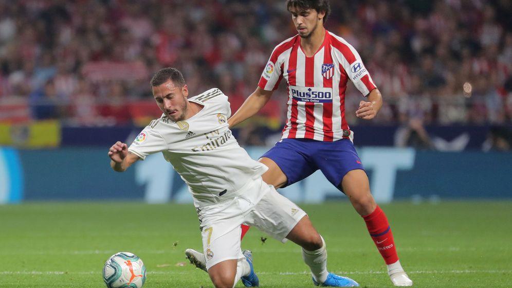 Foto: Hazard y Joao Félix pugnan por un balón en un derbi. (Efe)