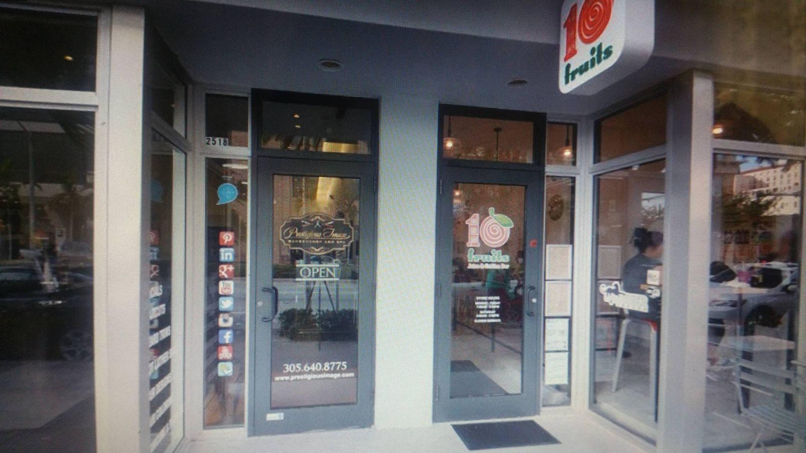 Foto: El local de zumos y barbería en Coral Gables.