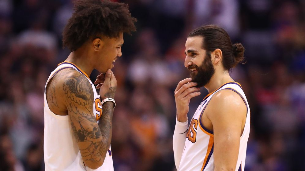 Foto: Ricky Rubio (d) sonríe durante un partido de los Phoenix Suns. (USA TODAY Sports)