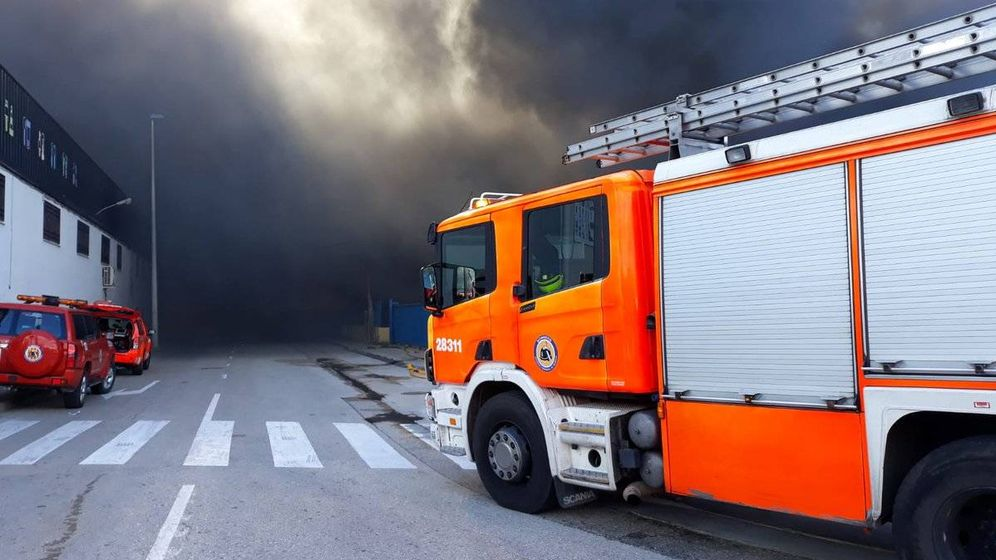 Foto: Incendio en el polígono industrial de La Cova, en Manises. (Consorcio de Bomberos de Valencia)
