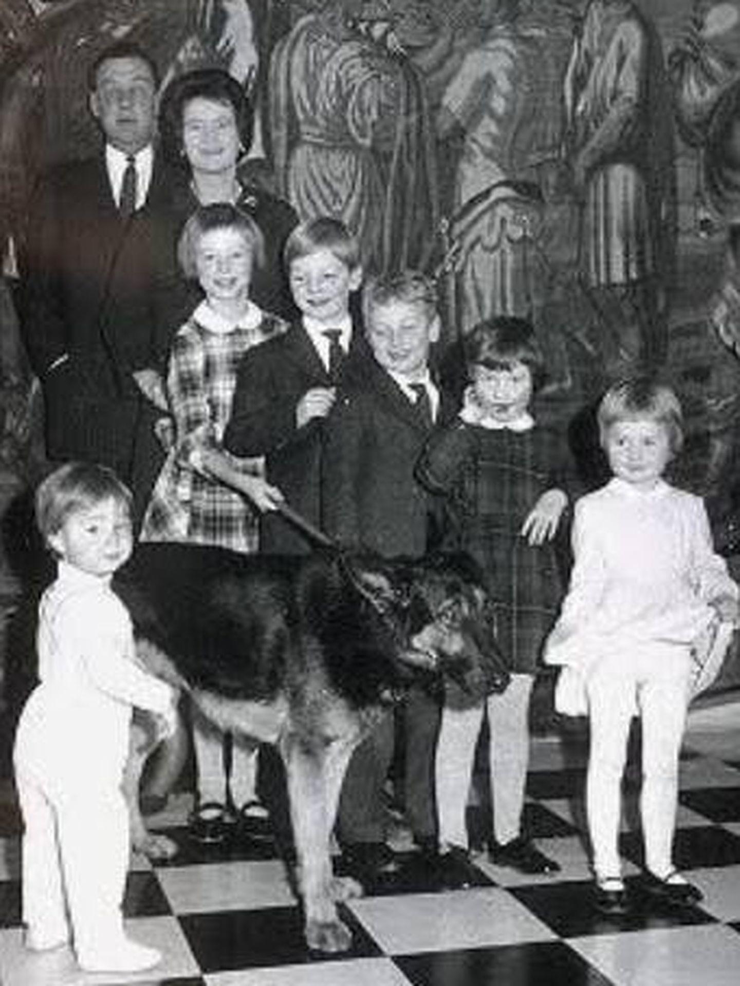 Ernesto Augusto y Ostrud, con sus hijos. (Welfenbund)