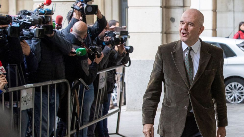 Foto: El expresidente de la Junta de Andalucía Manuel Chaves, llegando a la Audiencia de Sevilla para conocer la sentencia. (EFE)