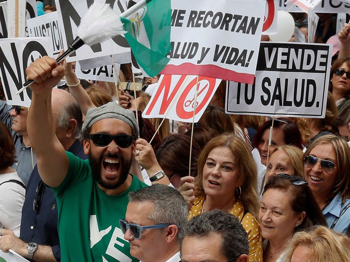 Foto: Jesús Candel, 'Spiriman', en una de las manifestaciones 'Por una sanidad pública digna'. (EFE)