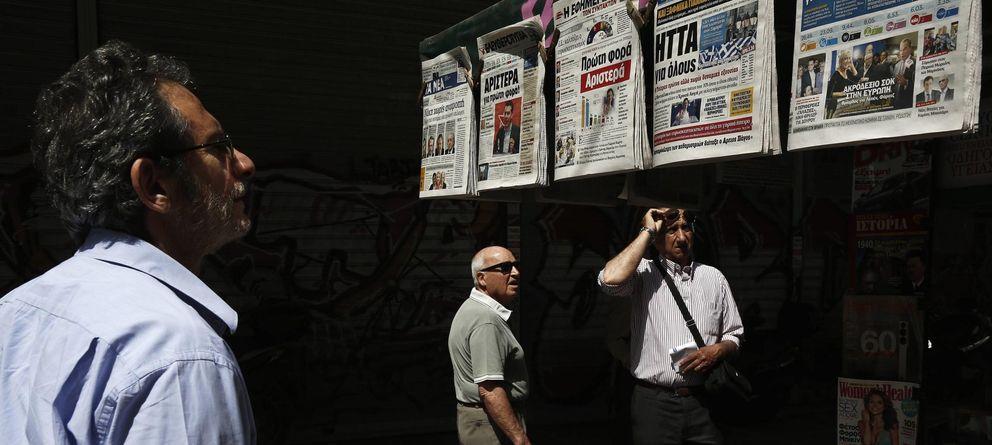 Foto: Un hombre lee los titulares sobre los resultados de las elecciones en un kiosko de Atenas (Reuters).