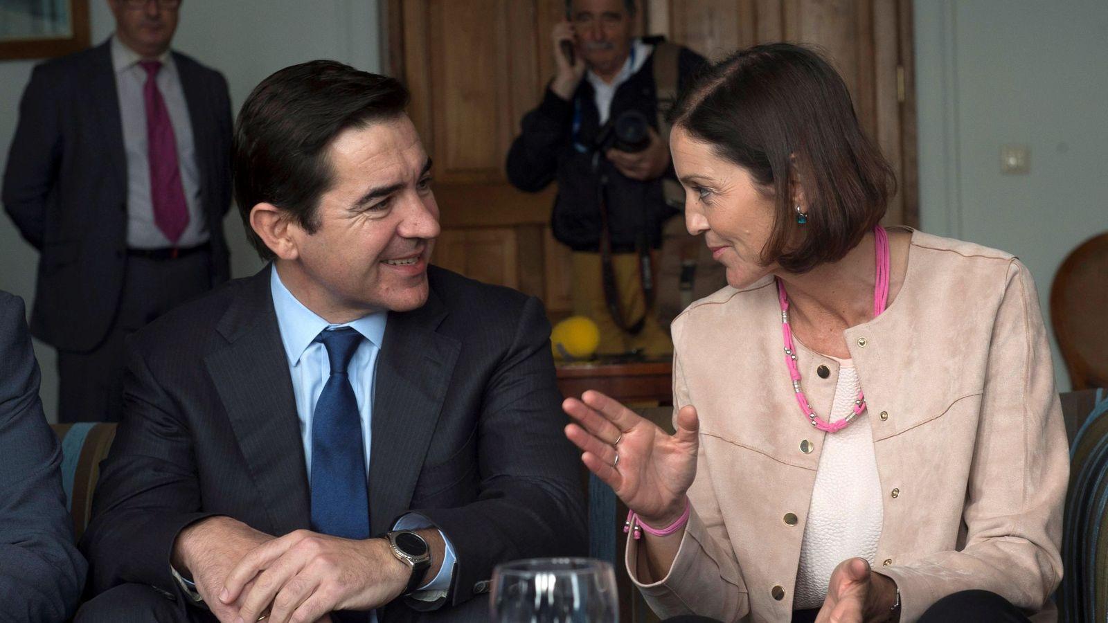 Foto: Carlos Torres, consejero delegado de BBVA, y Reyes Maroto, ministra de Industria. (Efe)
