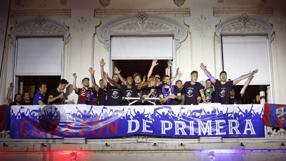 Foto: Los jugadores de la S.D. Huesca celebran en el balcón del ayuntamiento de la capital oscense el ascenso del equipo a la Primera División. (EFE)