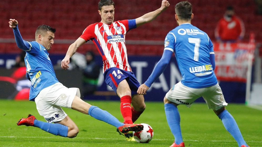 Foto: Gabi en plena disputa del balón ante dos rivales. (EFE)