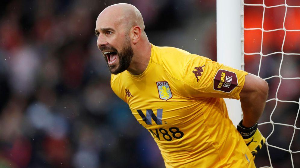 Foto: Pepe Reina durante un partido con el Aston Villa. (Efe)