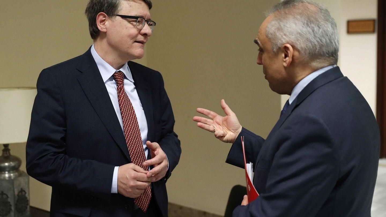 Jordi Sevilla conversa con el diputado socialista y exlíder del PSM Rafael Simancas, este 24 de enero en el Congreso. (EFE)