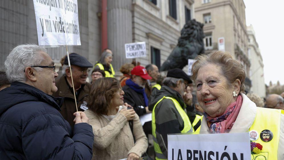 Foto: Concentración en defenesa de las pensiones en las escalinatas del Congreso. (EFE)