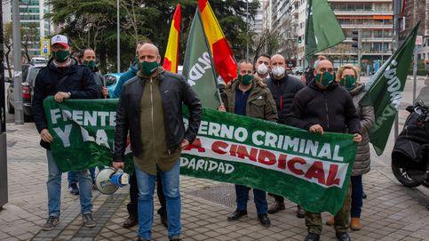 24 horas con el sindicato de Vox: incordiando a la CUP y sacando pancartas en TV3