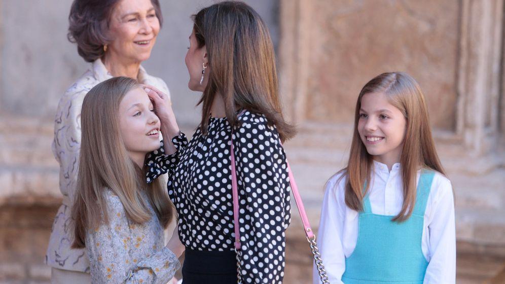 Foto: La reina Letizia junto a sus hijas, la princesa de Asturias y la infanta Sofía. Justo detrás, la reina Sofía. (Reuters)