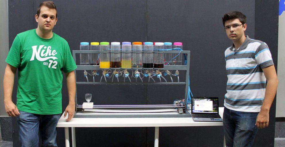 Foto: Juan Carlos Blay y Emilio López, diseñadores del robot.