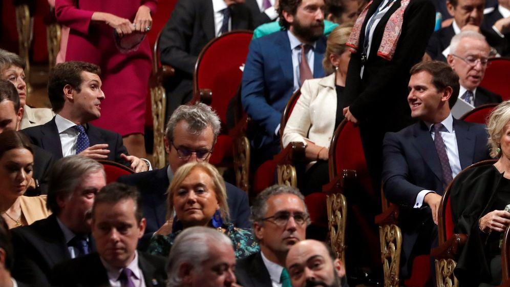 Foto: Casado y Rivera, conversando en los premios Princesa de Asturias. (EFE)